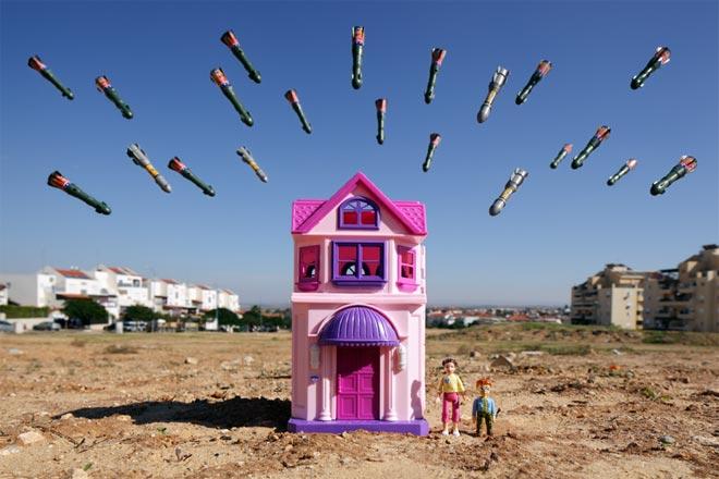 war_toys_fotografo_brian_mccarty_recrea_escenas_guerra_con_juguetes_10