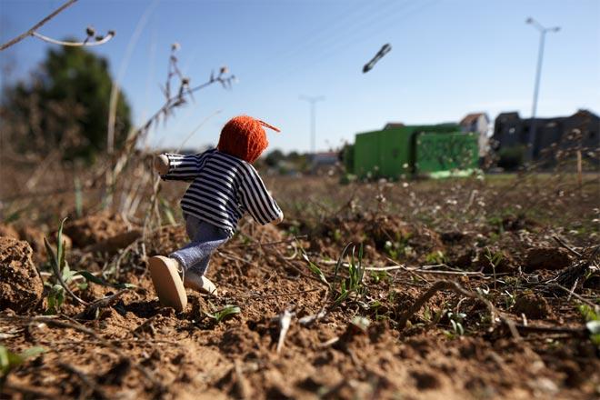 war_toys_fotografo_brian_mccarty_recrea_escenas_guerra_con_juguetes_11