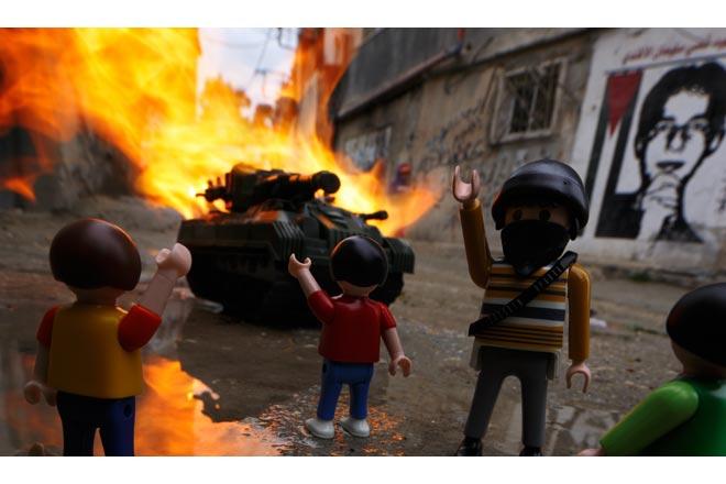 war_toys_fotografo_brian_mccarty_recrea_escenas_guerra_con_juguetes_18