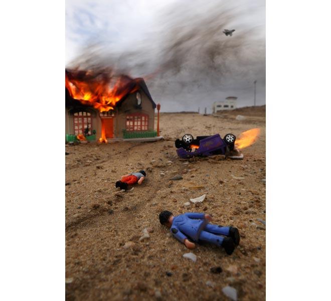 war_toys_fotografo_brian_mccarty_recrea_escenas_guerra_con_juguetes_2