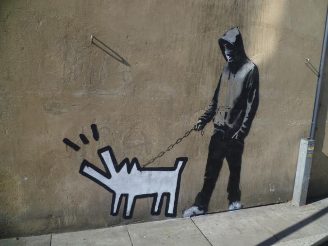 Banksy-perro_blanco_ladrando_correa_chico_capucha_2