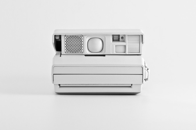 Miller_Andrew_Polaroid_obbjetos_marcas_pintados_de_blanco